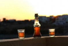 2 ποτηράκια και ένα μπουκάλι με ρακόμελο
