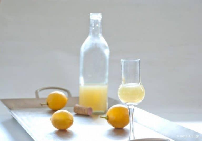 Μπουκάλι και ποτηράκι λικερ λεμοντσέλο
