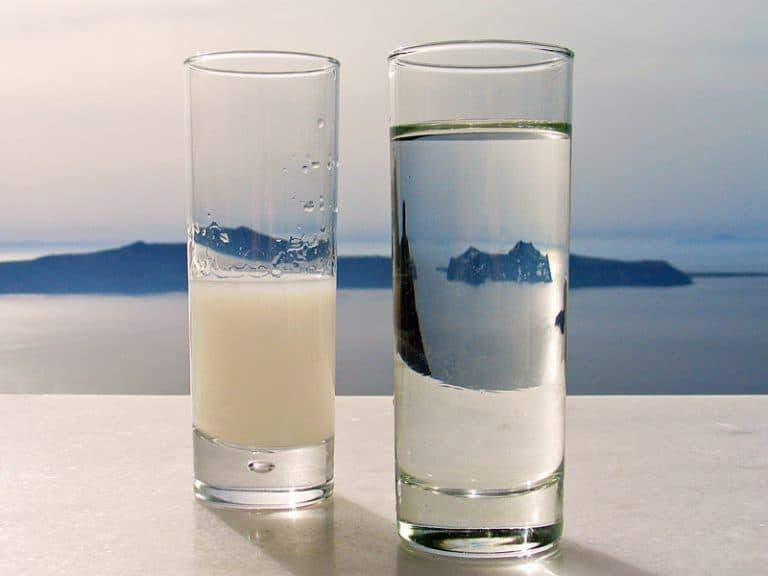 ποτήρι με νερό και ούζο