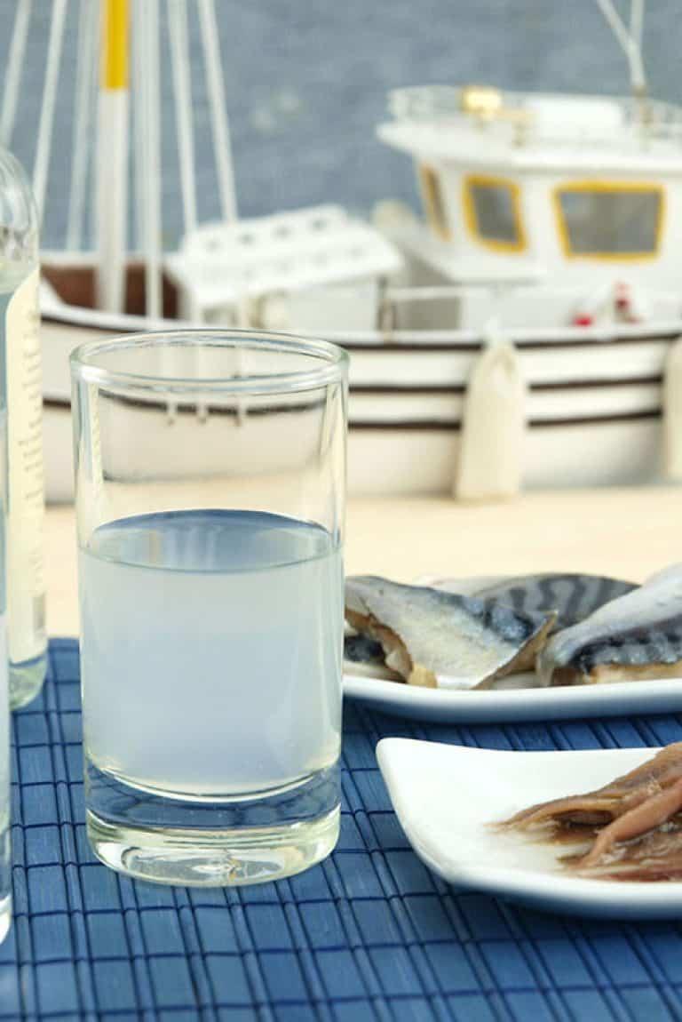 Ποτηράκι με ούζο και μεζέδες μπροστά στη θάλασσα
