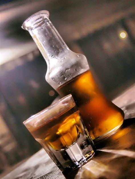 1 ποτηράκι και 1 μπουκαλάκι με ρακόμελο