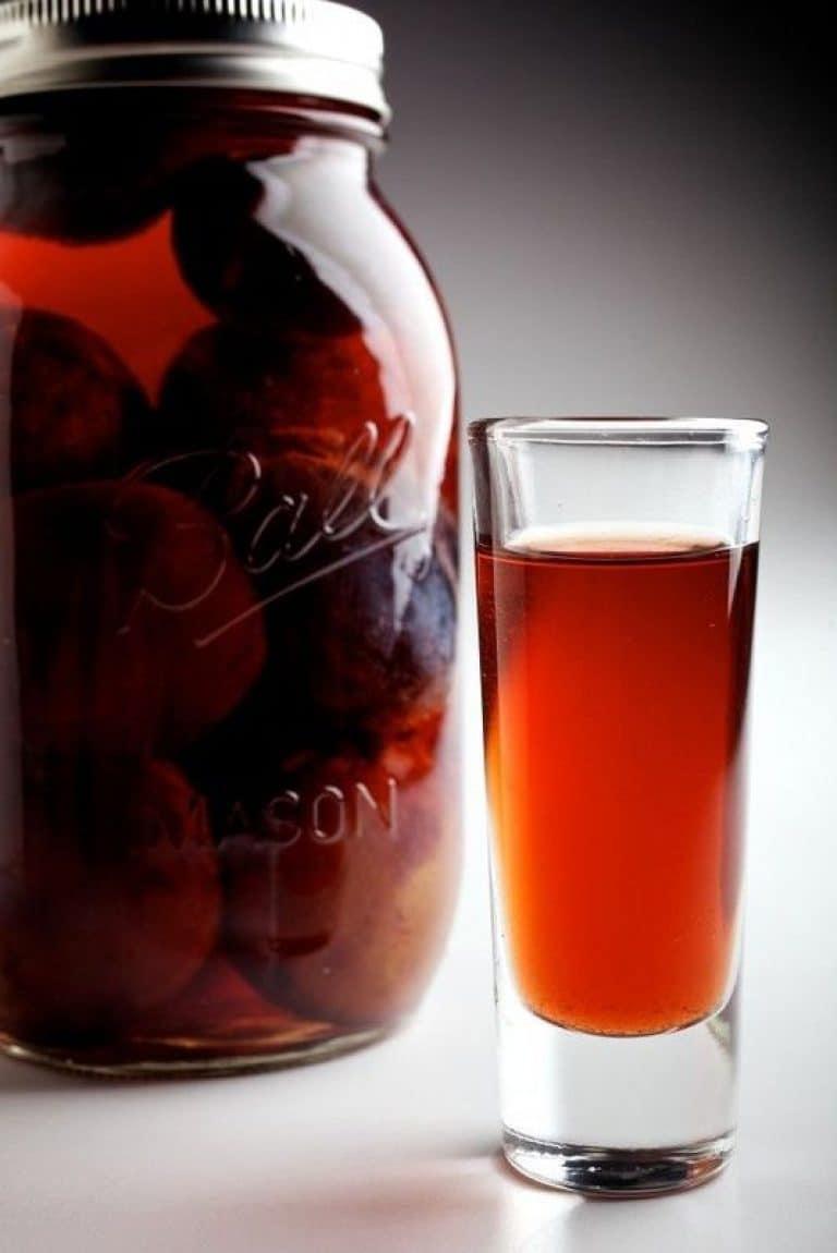 Βάζο και ποτηράκι με κόκκινο λικερ
